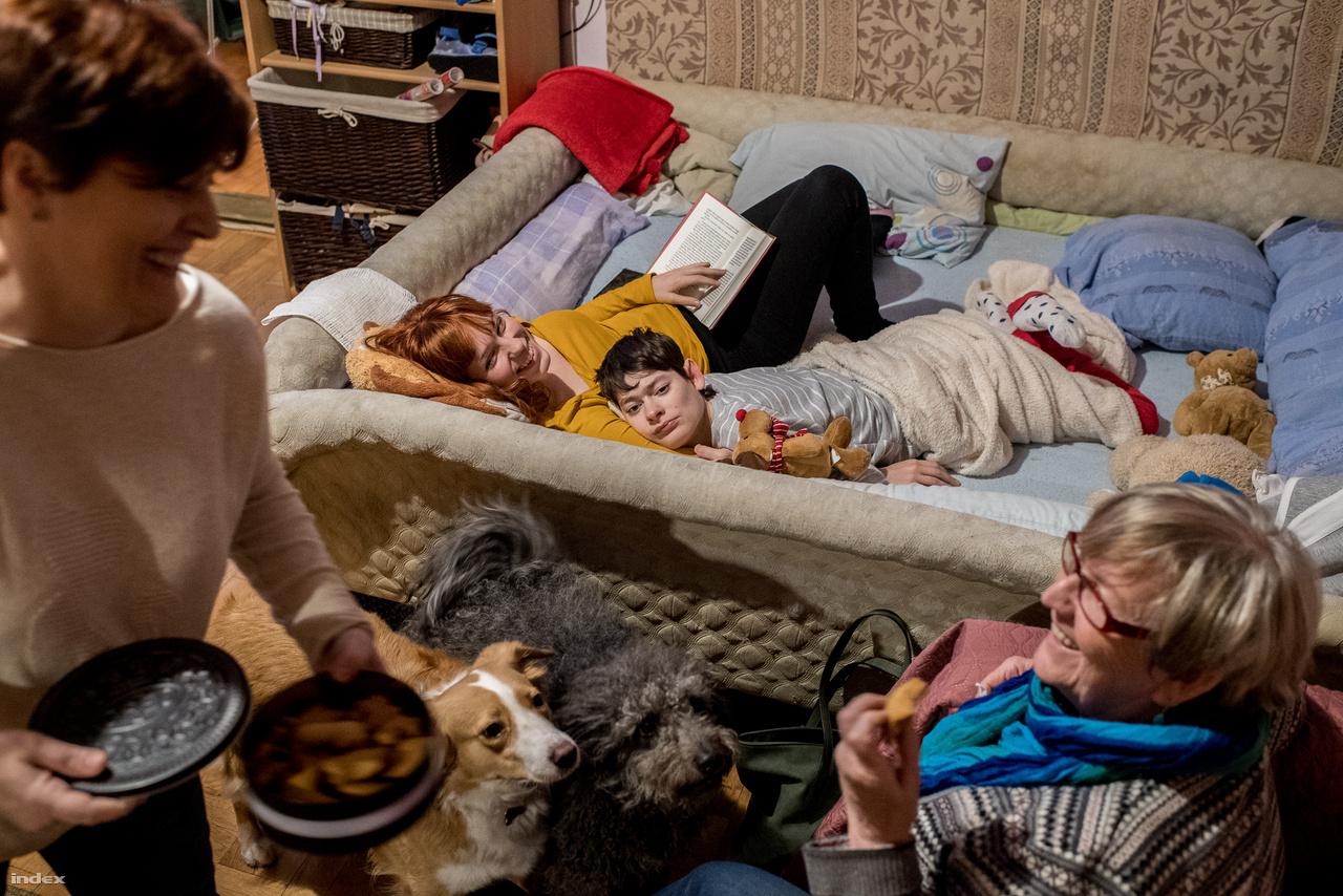 Amikor összejön a család, minden ugyanolyan, mint bármilyen másik családban: megy a közös főzés, a poénkodás, és erős az összetartozás érzése.