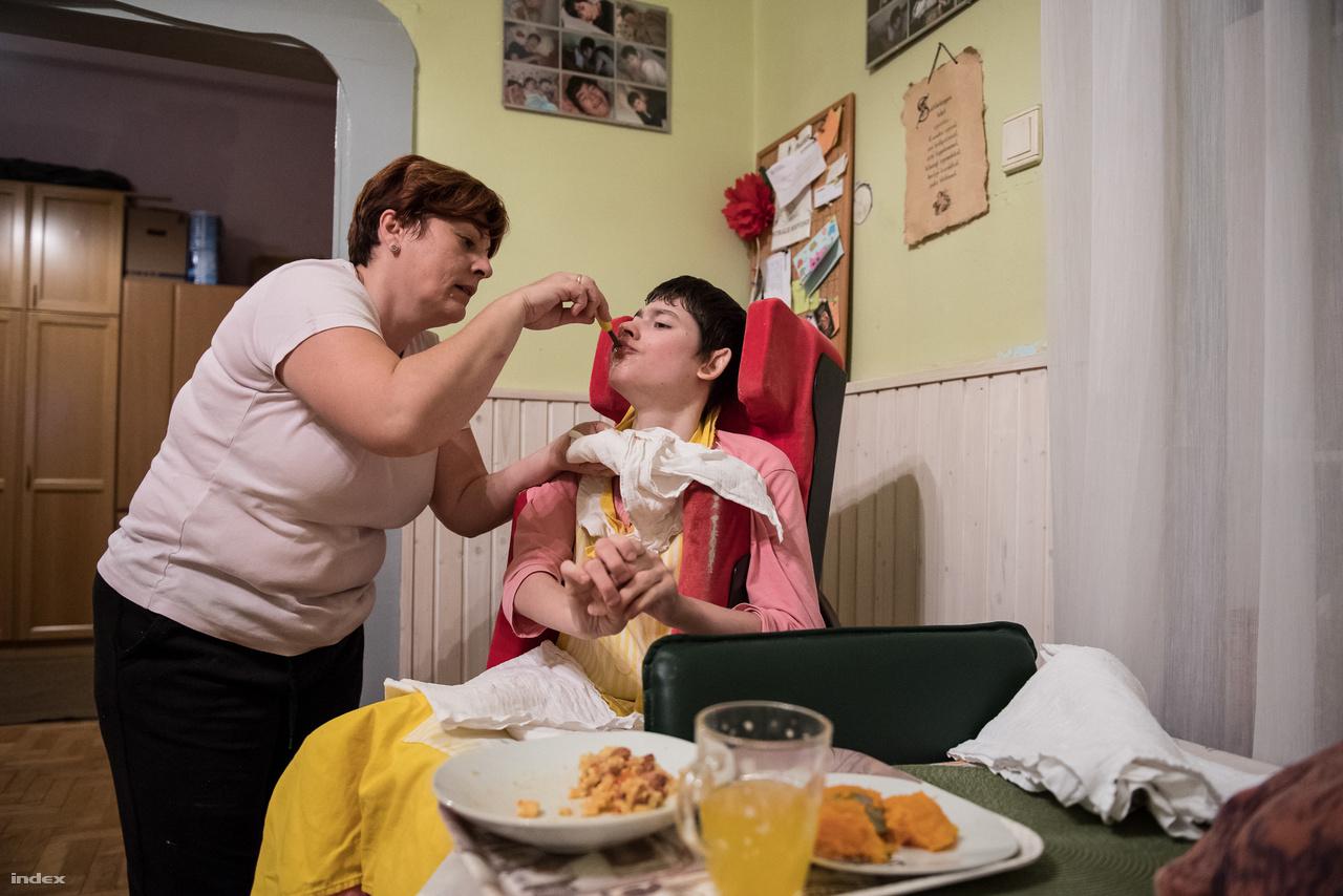 Niki önállóan nem tud étkezni, reggel és este a szülei etetik. Folyamatosan gyógyszereket kell szednie, hogy ne legyen epilepsziás görcse, valamint izomlazítót és allergia elleni készítményeket is kap.