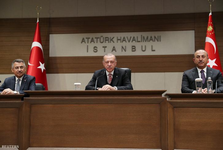Tayyip Erdogan (középen) török elnök, Fuat Oktay alelnök és Mevlut Cavusoglu külügyminiszter sajtótájékoztatót tartanak az Atatürk Nemzetközi Repülőtéren, Isztambulban 2019. április 8-án