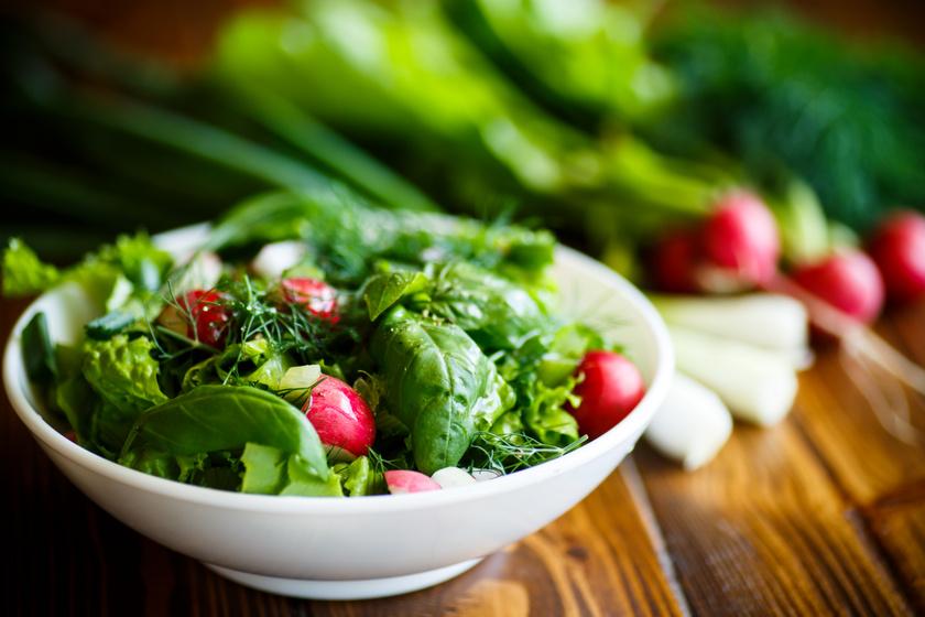 Tavaszi zöldsaláta friss, roppanós zöldségekből: a sonka mellé tökéletes