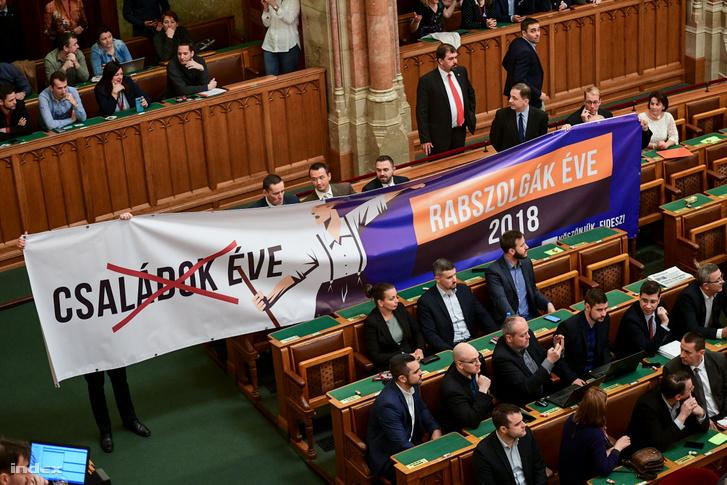Jobbikos képviselők molinóval tiltakoznak a túlóratörvény szavazásának napján 2018. december 12-én