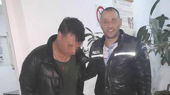 Nadrágszíjjal bilincselt meg, majd taps közepette vitt be gyalog egy tolvajt egy román rendőr
