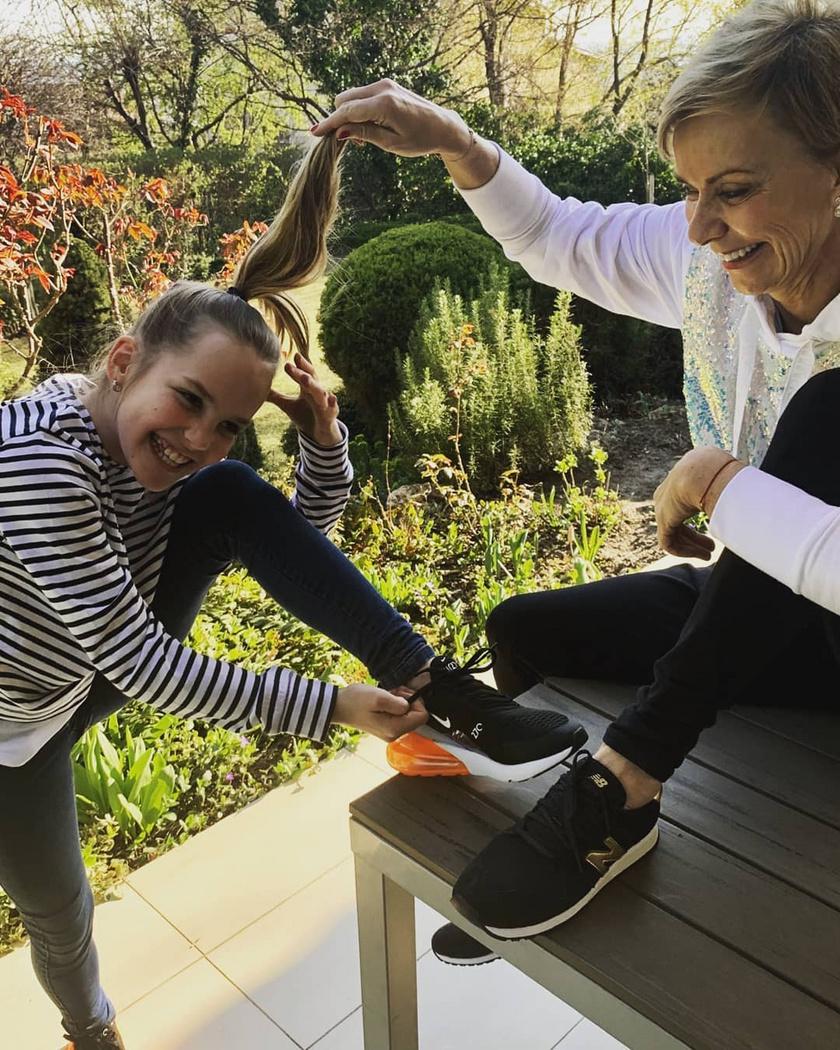 Jakupcsek Gabriella lánya jól megnőtt az utóbbi időben. A tízesztendős Emma kész kis hölgy, és le sem tagadhatná az édesanyját, annyira hasonlítanak.