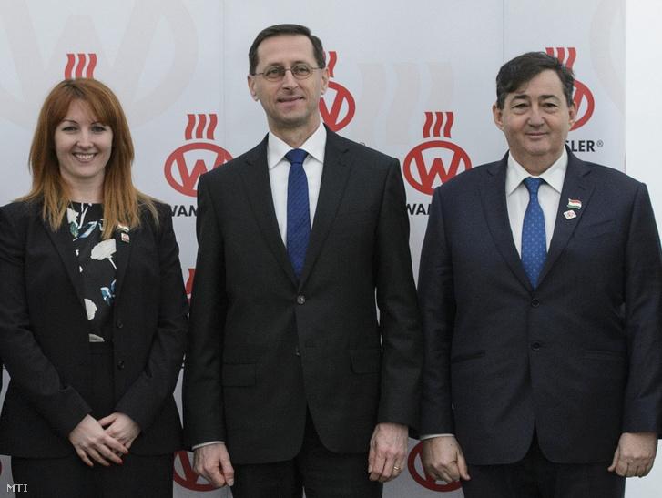 Mészáros Beatrix, Varga Mihály nemzetgazdasági miniszter és Mészáros Lőrinc (j) új üzemcsarnok alapkőletételén 2018. március 27-én