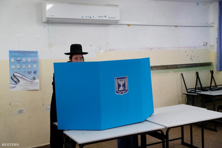 Ultra-ortodox zsidó választó adja le szavazatát Jeruzsálemben 2019. április 9-én