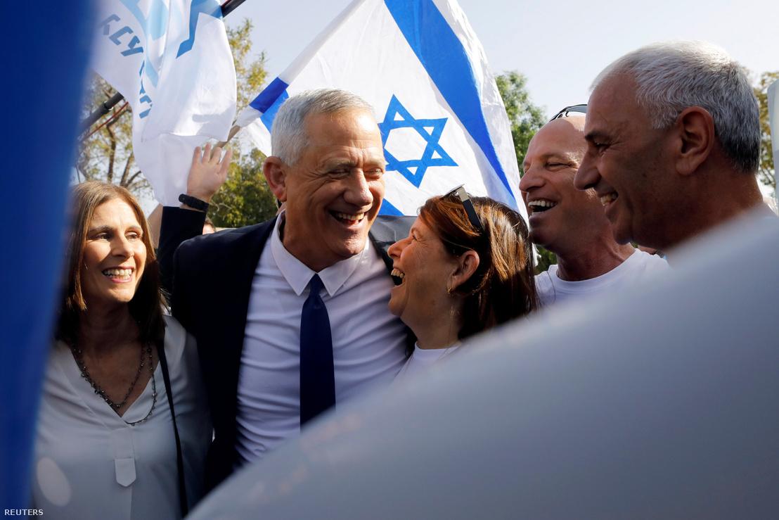 Benni Ganc, a Kék és fehér párt vezetője ünnepel felesége és támogatói körében a parlamenti választások megkezdésekor, Rosh Ha'ayinban, Izraelben 2019. április 9-én