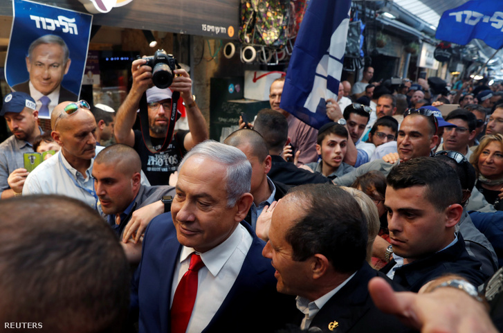 Benjamin Netanyahu sétál Nir Barkattal, a Likud párt jelöltjével a Mahane Yehuda Marketen, egy nappal a választások előtt 2019. április 8-án