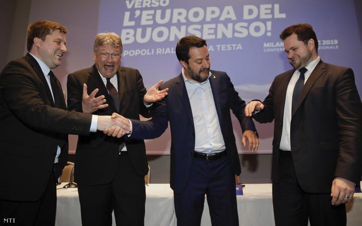Olli Kotro, a Finnek Pártja (FP), Jörg Meuthen, az Alternatíva Németországnak (AfD) párt listavezetője, Matteo Salvini olasz miniszterelnök-helyettes, a Liga párt elnöke és Anders Primdahl Vistisen, a Dán Néppárt (DF) európai parlamenti képviselője (b-j) a szuverenista pártok európai parlamenti választásokat megelőző milánói kampánynyitó találkozójának sajtóértekezletén 2019. április 8-án.