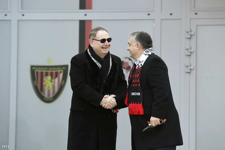 Orbán Viktor és George F. Hemingway klubtulajdonos kezet fog a Budapest Honvéd Magyar Futball Akadémiájának új utánpótlásközpontjának avatásán 2018. november 22-én