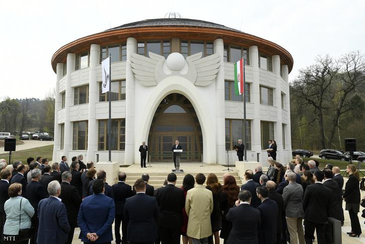 Orbán Viktor beszédet mond az Avicenna Közel-Kelet Kutatások Intézete épületének avatásán Piliscsabán. Balról Maróth Miklós akadémikus, az intézet igazgatója.