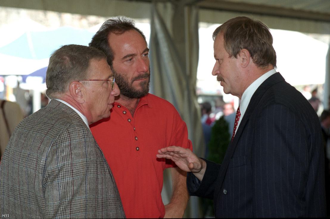 Ungvári Tamás író, Fenyő János a VICO Rt. elnök-vezérigazgatója és Kuncze Gábor belügyminiszter beszélgetnek az ötödik alkalommal megrendezett Médiahajó '95 elnevezésű közéleti és politikai rendezvényen 1995. szeptember 27-én