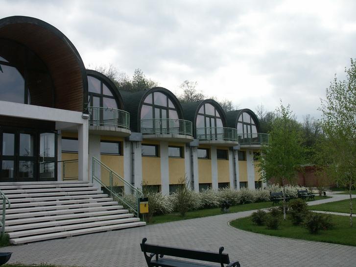 Az 1999-ben épült alcsútdobozi sportcsarnok