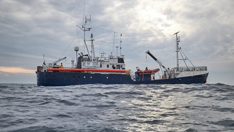 50 férfi, 12 nő és 2 gyerek hánykolódik Európa partjainál