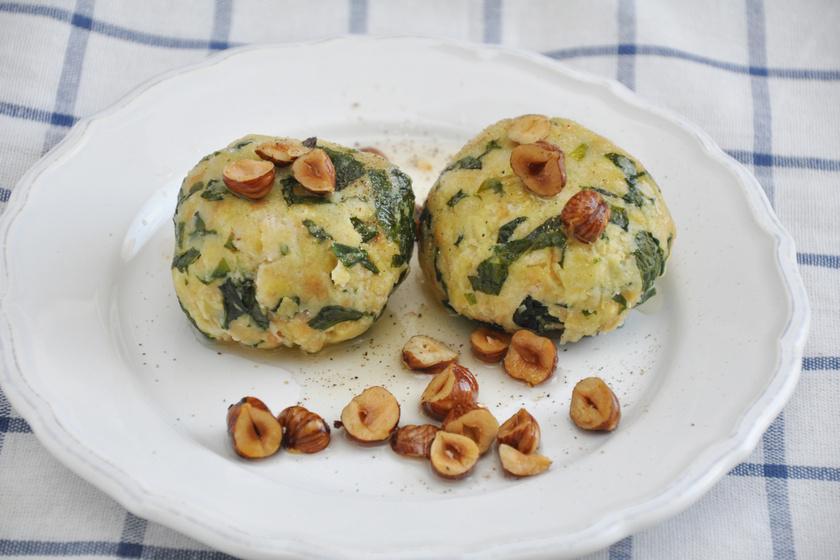 A híres, tiroli sajtos-spenótos zsemlegombóc receptje: a legjobb száraz kenyérből