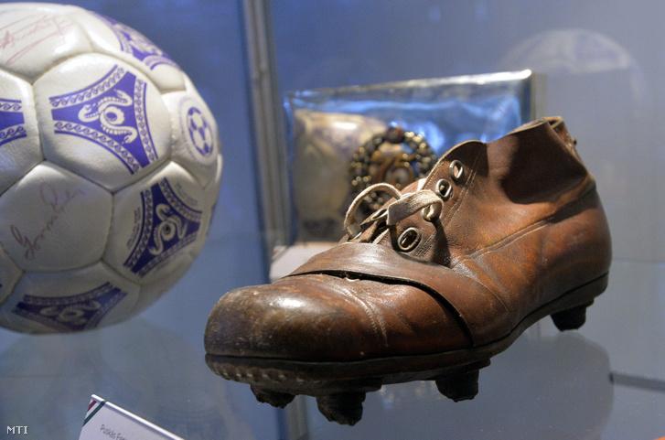 Puskás Ferencnek az Aranycsapat néhai kapitányának relikviái a Gooól! címû futballtörténeti nagyrészt olasz gyûjteménybõl nyílt kiállításon a Millenárison 2016. június 21-én.