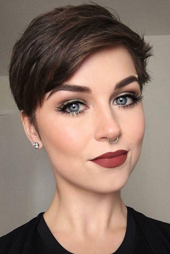 A rövid frizurák esetén arra kell figyelni, hogy ne legyenek túl magasak, inkább simuljanak kissé az arcra azért, hogy kiegyensúlyozzák a vonásokat, ne nyújtsák őket. Egy hasonló pixie fazon szuper választás lehet.