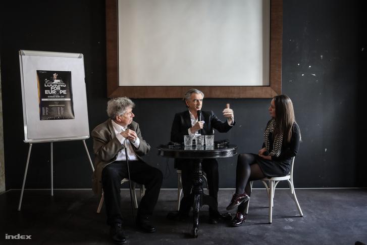 Konrád György (b), Bernard-Henry Lévy és Kőműves Anita moderátor