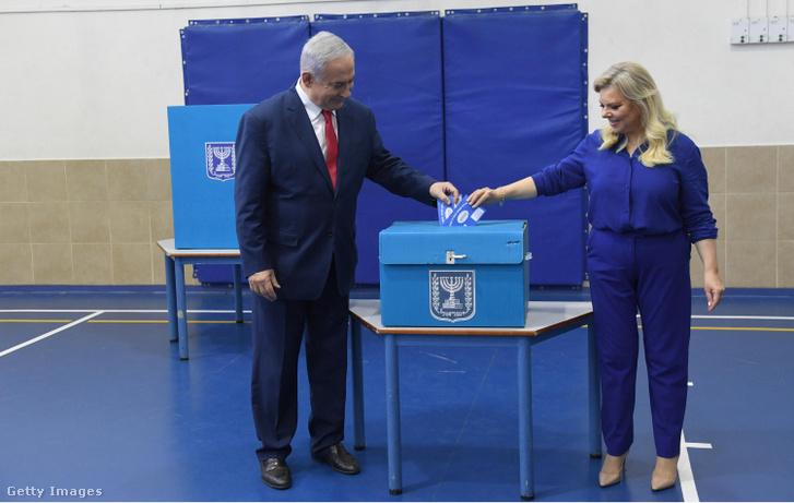 Benjámin Netanjahu és felesége leadják szavazatukat