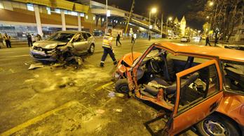 Hat autó ütközött Angyalföldön, lezárták a Váci utat