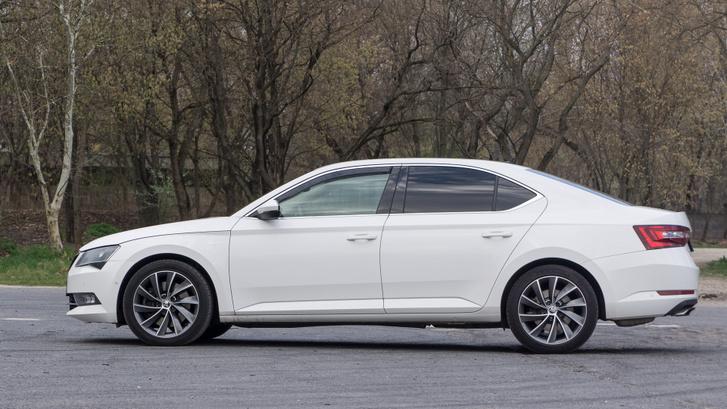 Ha egy autó fehér színben is látványos, akkor valamit eltaláltak a formával