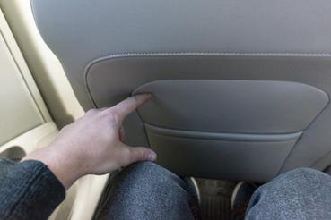Egy kis arasz marad a hátsó ülésen ülve – teljesen hátra tolt első üléssel
