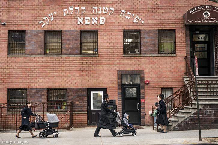 Gyalogosok a Yeshiva Kehilath Yakov iskolánál, Brooklynban 2019. április 9-én
