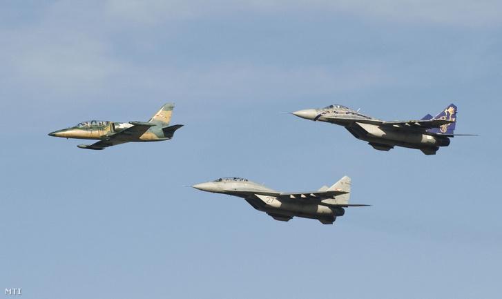 Két MiG-29-es vadászrepülőgép kíséri a Magyar Honvédség kötelékéből 2009. november 30-i hatállyal kivonásra kerülő, L-39ZO típusú oktató-felderítő repülőgépet búcsúrepülésén, Kecskeméten a MH 59. Szentgyörgyi Dezső Repülőbázison