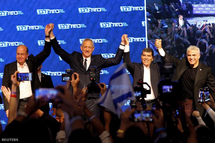 Beni Banc a Kék és fehér párt vezetője és jelöltjei Yair Lapid, Moshe Yaalon és Gaby Ashkenazi az előzetes szavazat számlálások után Tel Avivban 2019. április 10-én
