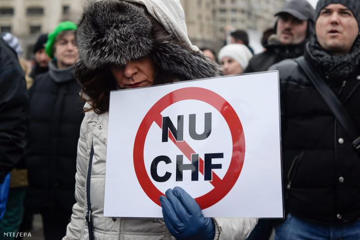 Résztvevõk a romániai frankhitelesek szövetsége által rendezett tüntetésen Bukarestben 2015. január 25-én ahol a tiltakozók a hitelek lejre váltását követelik.