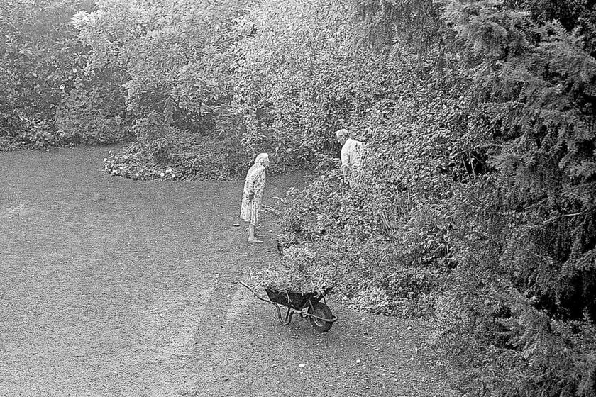 Szülei rengeteg időt töltöttek együtt a kertben. Édesapja imádott kertészkedni, virágokat ültetett feleségének, amiket az asszony mindig boldogan szedett csokorba.