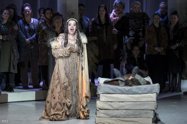 Bakonyi Anikó (b) Serena szerepében George Gershwin, DuBose és Dorothy Heyward, Ira Gershwin Porgy és Bess című operájának próbáján a budapesti Erkel Színházban 2018. január 25-én