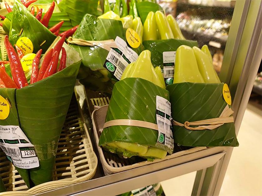 Bár a módszer most újdonságként hat, valójában Ázsiában a műanyag megjelenése előtt is használtak banánlevelet csomagolásra.