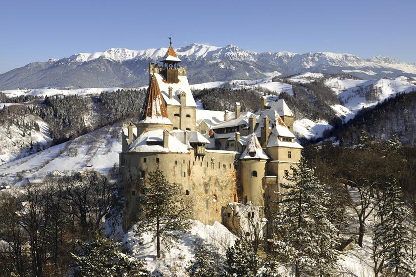A Drakula birodalmának tekintett törcsvári kastély 1377-ben épült. Erdély legjobb állapotban lévő vára, mely Brassótól 30 kilométerre, a Törcsvári-szoros előtt áll. Mind a négy szintje múzeumként működik, de legnagyobb értékét maga az épület és az innen nyíló csodálatos panoráma jelenti.