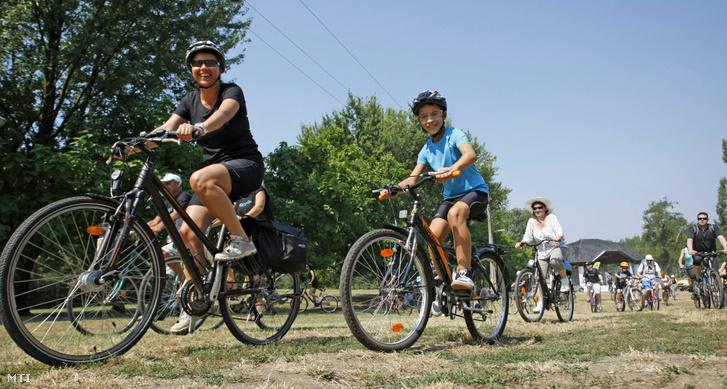 A Tour d'Opera elnevezésű kerékpártúra résztvevői a tiszafüredi Halas téren 2015. július 25-én. Több mint kétszázan vágtak neki a második Tour d'Opera Tiszafüredről induló, a Tisza-tavat megkerülő 67 kilométeres távjának.
