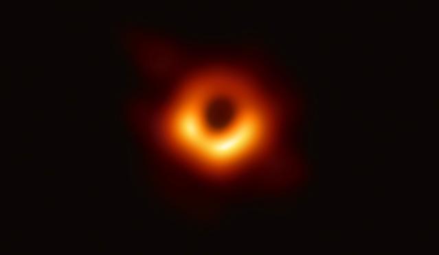 A Messier 87 galaxis közepét uraló fekete lyukról készített történelmi felvétel