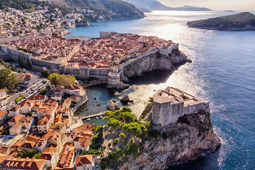 Dubrovnik óvárosi hangulata, meseszép tengerpartja tavasztól őszig kedvelt úti céllá teszi a horvát várost. A Szerelmi történetek múzeumában pedig a világ legelső romantikus legendáit is megismerhetitek.