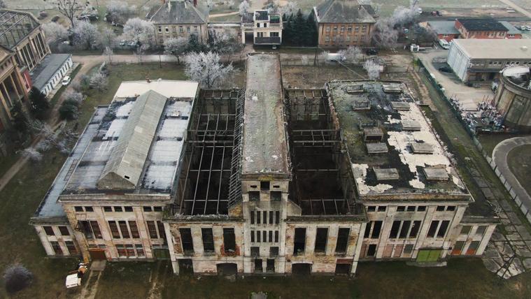 Évtizedek óta elhagyatott gyárak a magasból