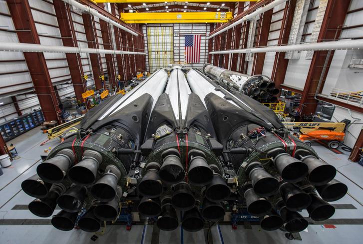 Itt még a hangárban fekszik a rakéta. Azok ott a végén a Merlin hajtóművek, 27 van belőlük