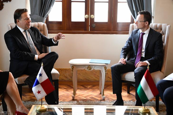 Szijjártó Péter külgazdasági és külügyminiszter (j) és Juan Carlos Varela elnök találkozója Panamavárosban 2019. április 10-én.