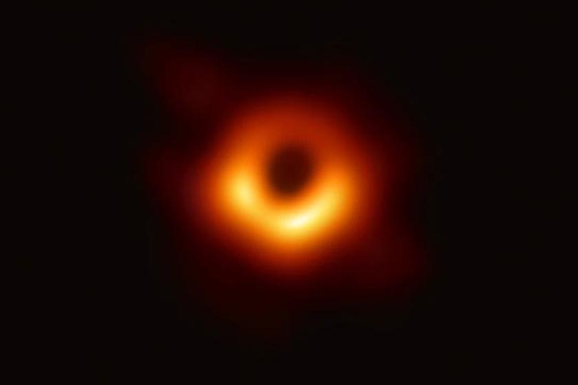 A Messier 87 galaxis közepén tátongó fekete lyuk.
