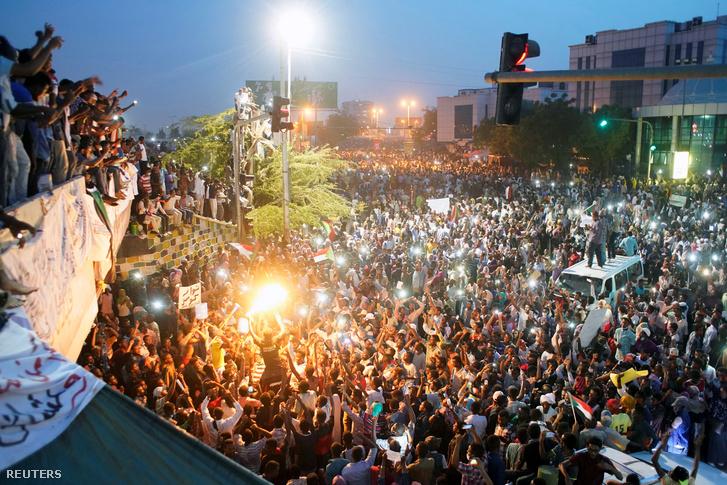 Tüntetők Kartúmban, a védelmi minisztérium épülete előtt 2019. április 10-én