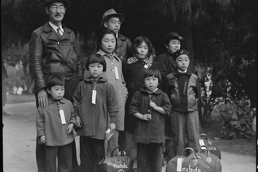A Mochida család várja a buszt, hogy elvigye őket a munkatáborba. A családok tagjait a könnyebb beazonosíthatóság miatt egyesével felcímkézték.