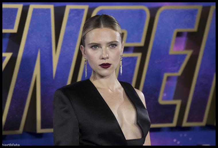 Így volt ez most Londonban is, ahol Scarlett Johansson egy elég merészen kivágott ruhában érkezett.