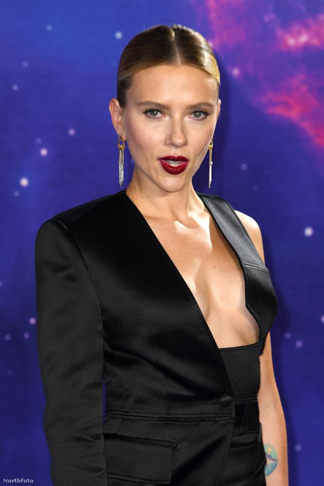 Vagy az van, hogy Johansson dekoltázsának optikai tuningjával akarják elhitetni az emberekkel, hogy a Bosszúállók