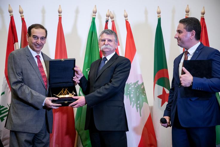 Az esemény csúcspontja a protokoláris ajándékozás volt: Kövér László egy aranyozott hajót kapott az arab rendezvény szervezőitől