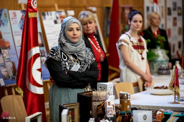 Az országok egy-egy standon mutatkoztak be, ahol hagyományos tárgyakat, könyveket, sütemnyeket, datolyát kínáltak az érdeklődöknek