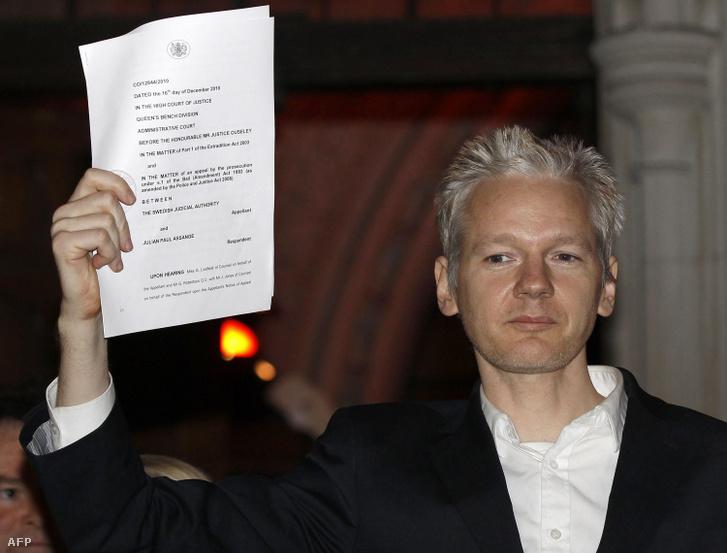 Assange 2010. december 16-án a londoni Központi Bíróság előtt