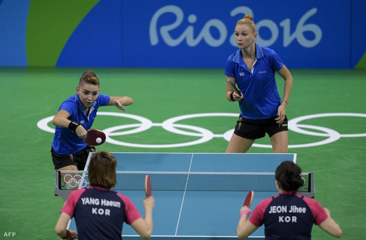 Szőcs Bernadette üti a labdát a dél koreai csapatnak, mellette Daniela Monteiro játszik a riói olimpia kvalifikációs mérkőzésén 2016. augusztus 12-én.