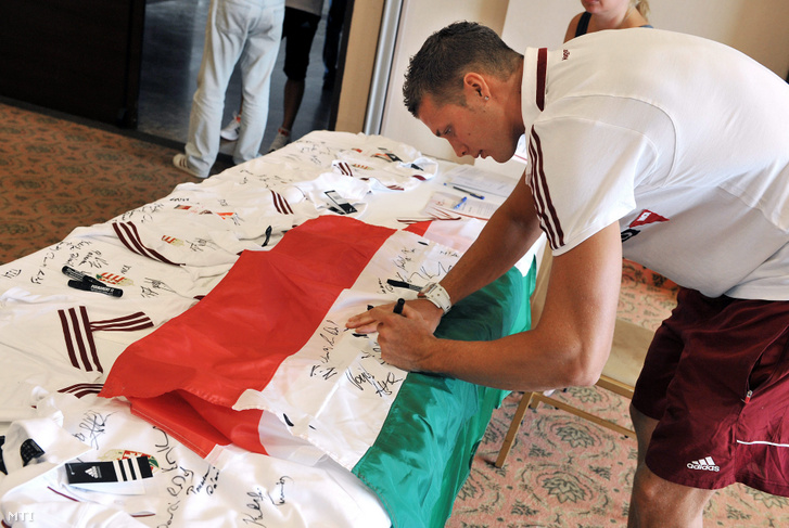 Dudás Miklós kajakos aláírja a csapatzászlót a londoni olimpiára utazó kajak-kenu válogatott csapatbemutató sajtótájékoztatóján, az Aquaworld élményfürdőben.