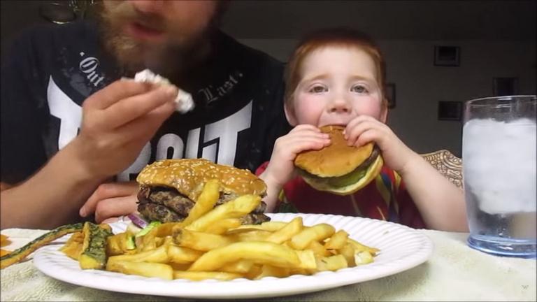 Foglalkozása: kalóriával tömi a gyerekét Youtube-on